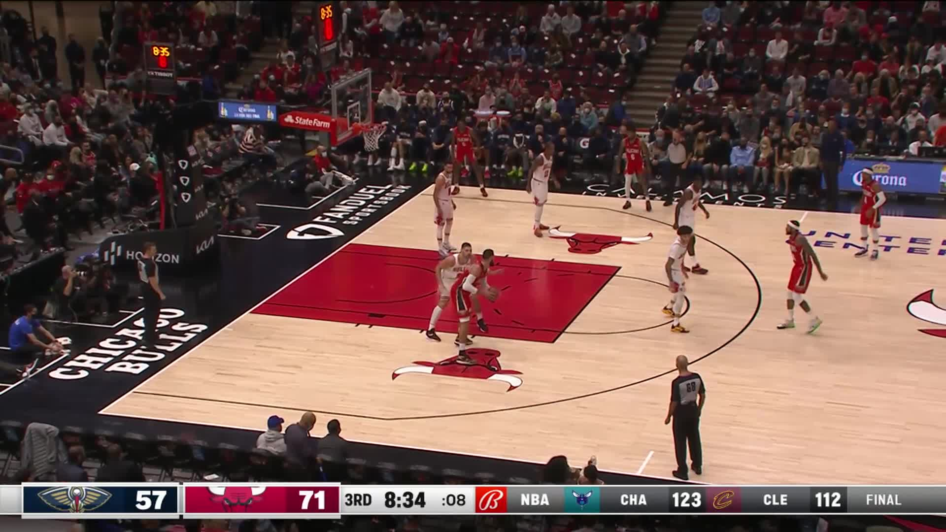 Jonas Valanciunas lays it in to trim the lead | Pelicans at Bulls 10-22-21